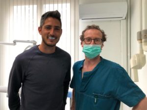 El Dr. Lluís Parera haciendo la entrega del protector bucal Cover Protec a Xavi Lleonart