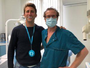 El Dr. Lluís Parera haciendo la entrega del protector bucal Cover Protec a Roc Oliva